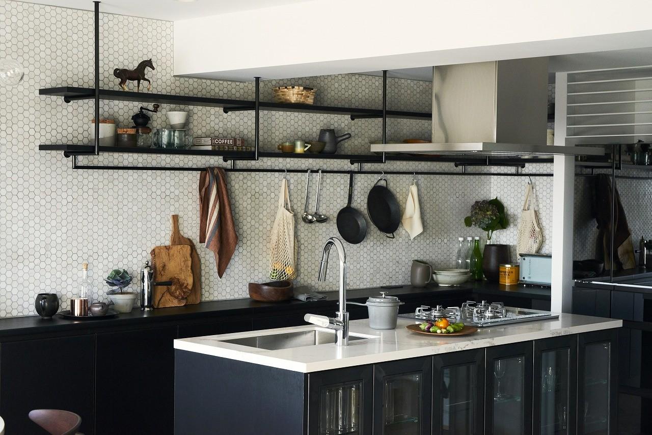 キッチン事例:ユナイテッドアローズオリジナルキッチン(RE : Apartment UNITED ARROWS LTD. MASTER PLAN A ~店舗の技術を取り入れた見せる収納~)