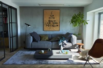光と風が入り込む贅沢なリビング空間 (RE : Apartment UNITED ARROWS LTD. CASE001 / PLAN A ~店舗の技術を取り入れた見せる収納~)