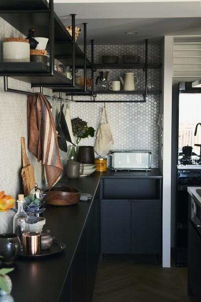 人気のアイランドキッチンを採用 (RE : Apartment UNITED ARROWS LTD. MASTER PLAN A ~店舗の技術を取り入れた見せる収納~)