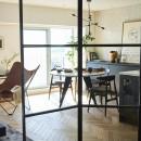 RE : Apartment UNITED ARROWS LTD. MASTER PLAN A ~店舗の技術を取り入れた見せる収納~の写真 広いリビングにたっぷり陽ざしが差し込む匠な空間を演出