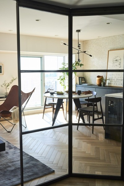 広いリビングにたっぷり陽ざしが差し込む匠な空間を演出 (RE : Apartment UNITED ARROWS LTD. CASE001 / PLAN A ~店舗の技術を取り入れた見せる収納~)