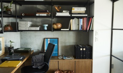 RE : Apartment UNITED ARROWS LTD. CASE001 / PLAN A ~店舗の技術を取り入れた見せる収納~ (書斎は収納力豊富な吊り戸は見せる収納ですっきり)