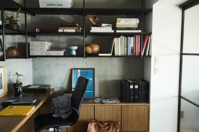 書斎は収納力豊富な吊り戸は見せる収納ですっきり (RE : Apartment UNITED ARROWS LTD. MASTER PLAN A ~店舗の技術を取り入れた見せる収納~)