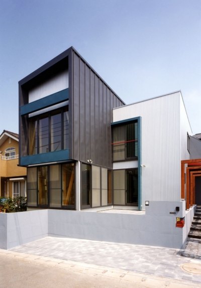 子供達が元気に遊びまわる家 (銀黒とシルバーのガルバリウム鋼板で構成された外観)
