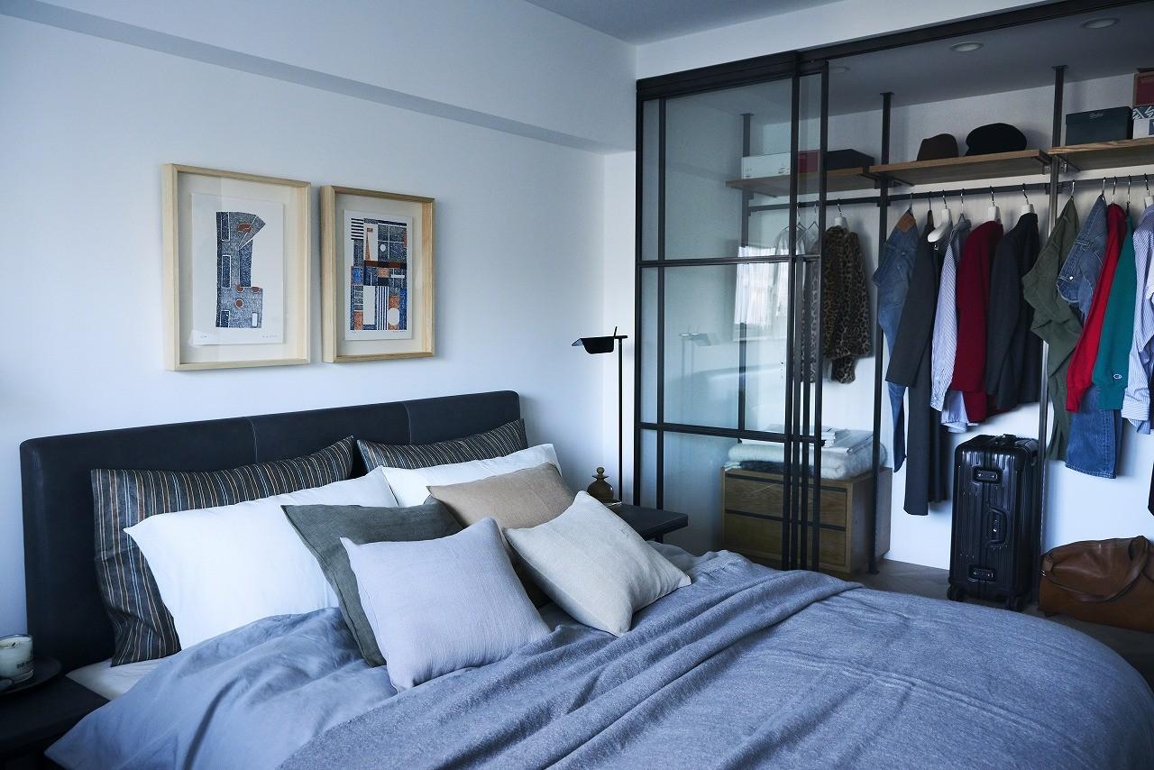 ベッドルーム事例:洋室 収納に嬉しいウォークインクローゼット付き(RE : Apartment UNITED ARROWS LTD. MASTER PLAN A ~店舗の技術を取り入れた見せる収納~)