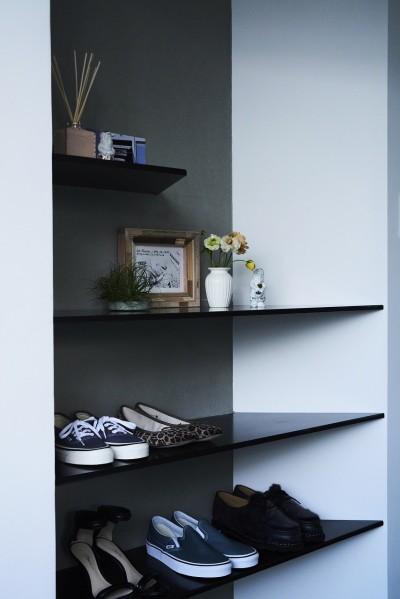 シューズ棚付き、玄関周りがスッキリ片付きます (RE : Apartment UNITED ARROWS LTD. MASTER PLAN A ~店舗の技術を取り入れた見せる収納~)