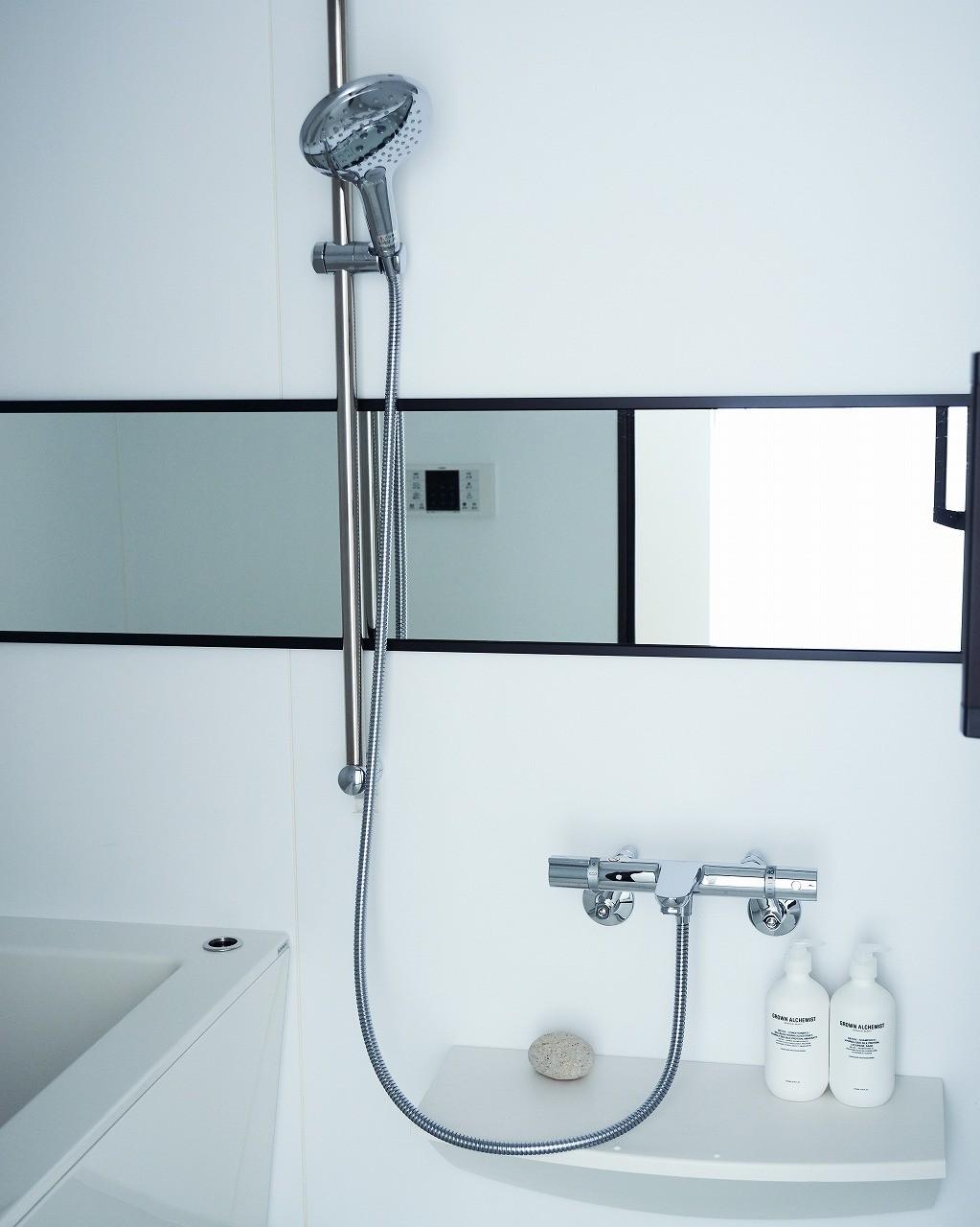 バス/トイレ事例:美しいカーブと全身を包み込むような入浴感が特長のクレイドル浴槽を採用しました。(RE : Apartment UNITED ARROWS LTD. MASTER PLAN A ~店舗の技術を取り入れた見せる収納~)