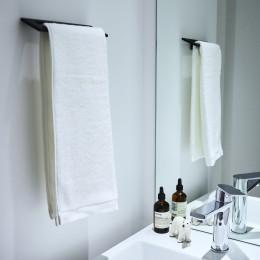 RE : Apartment UNITED ARROWS LTD. CASE001 / PLAN A ~店舗の技術を取り入れた見せる収納~ (白を基調とした清潔感溢れる洗面)