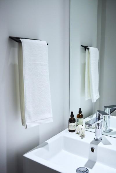 白を基調とした清潔感溢れる洗面 (RE : Apartment UNITED ARROWS LTD. CASE001 / PLAN A ~店舗の技術を取り入れた見せる収納~)