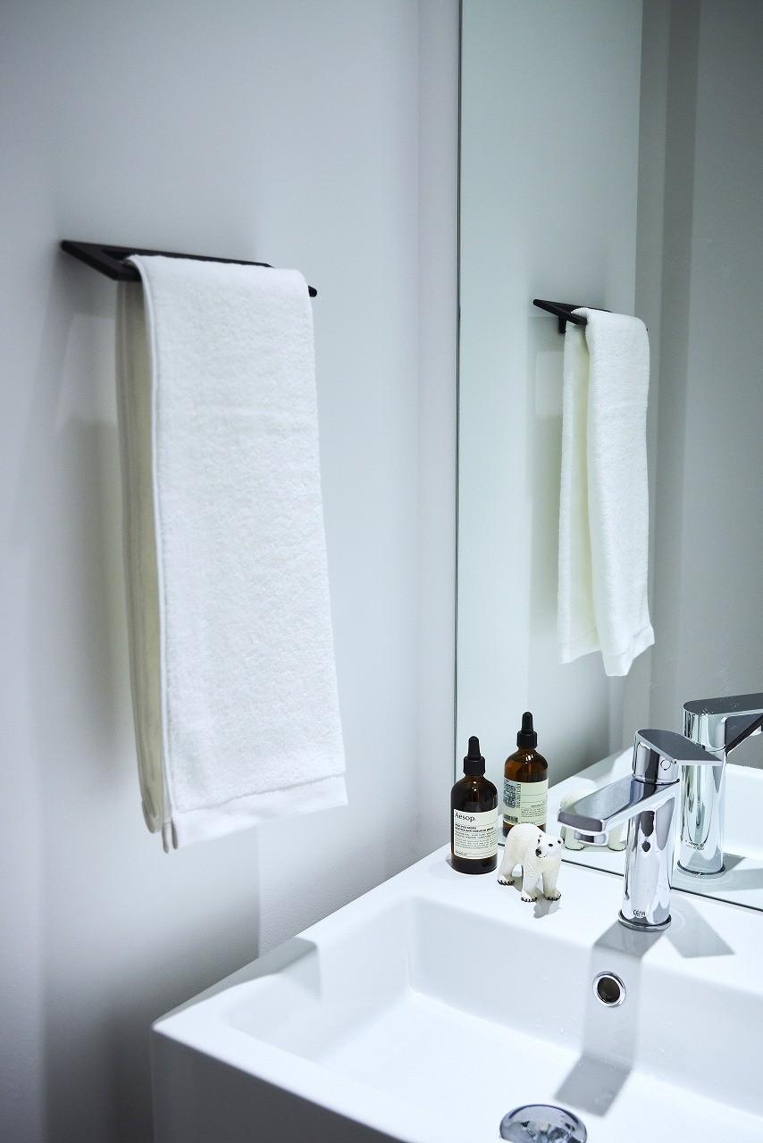 バス/トイレ事例:白を基調とした清潔感溢れる洗面(RE : Apartment UNITED ARROWS LTD. MASTER PLAN A ~店舗の技術を取り入れた見せる収納~)