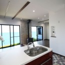 湘南のシーサイドハウスの写真 海を眺めるリビングダイニング