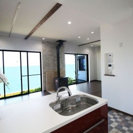 湘南のシーサイドハウス (海を眺めるリビングダイニング)