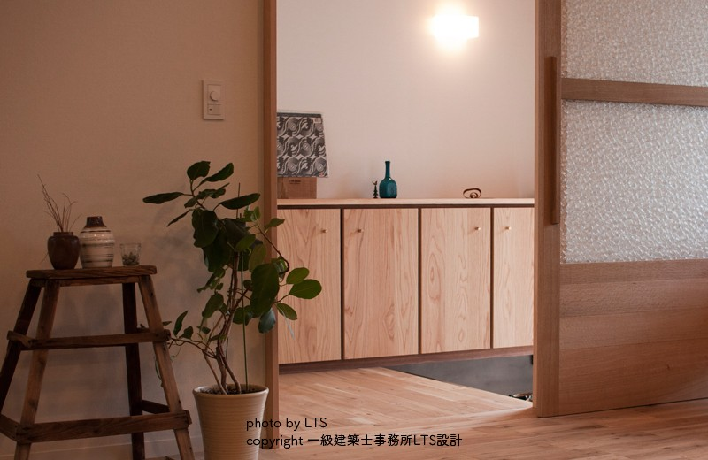 SRhouse (居室側から玄関をみる)