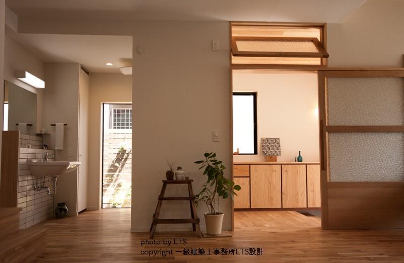 リビングダイニング事例:リビングから玄関、洗面をみる(SRhouse)