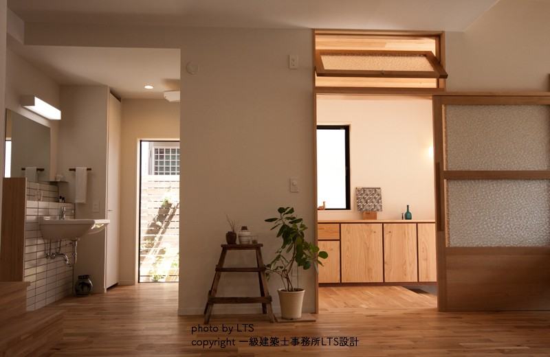 SRhouse (リビングから玄関、洗面をみる)