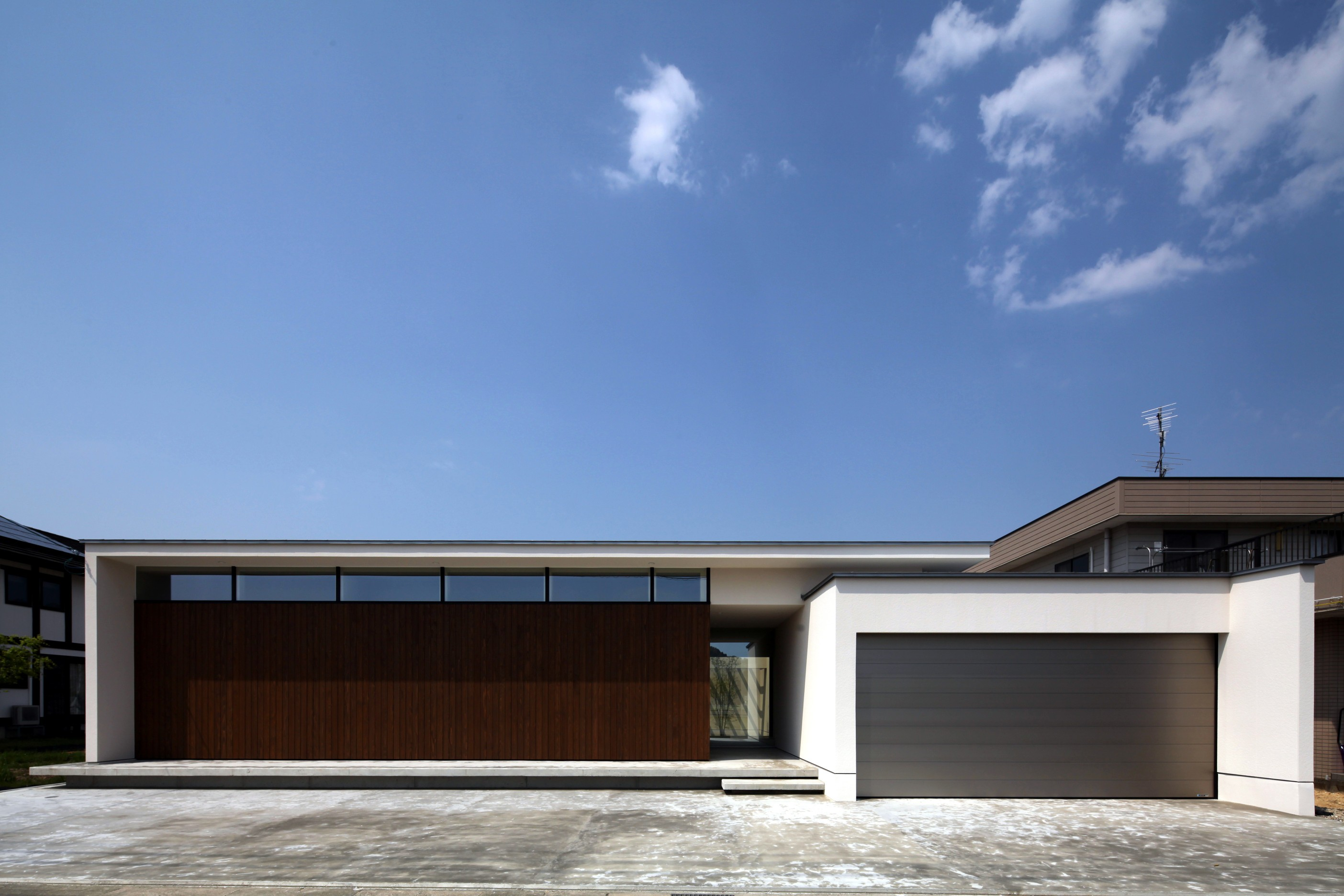 外観事例:シンプルな外観(保月の家(ほづきのいえ)~お店のようなアプローチ空間~)