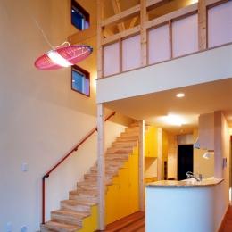 子供達が元気に遊びまわる家 (リビングダイニングとキッチンと階段と吹き抜け)