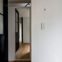 玄関ホールから収納、トイレへのつながり (壁孔の家)