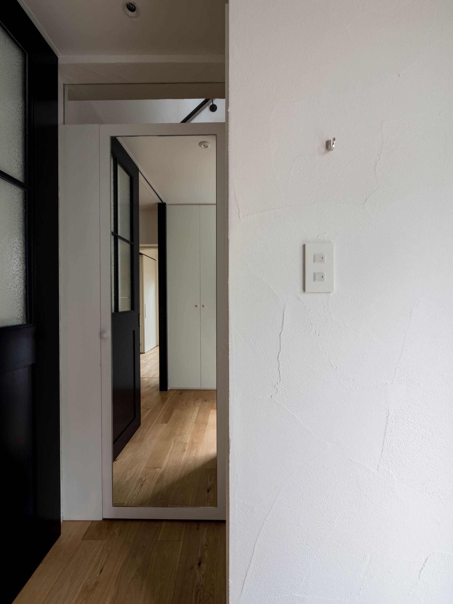 玄関事例:玄関ホールから収納、トイレへのつながり(壁孔の家)