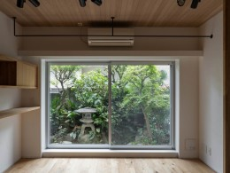 壁孔の家 (庭の緑を取り込んだリビングルーム)