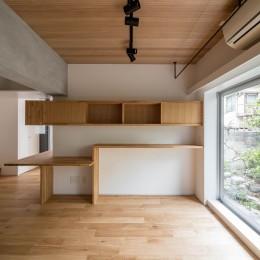 壁孔の家 (リビングのスタディスペース)