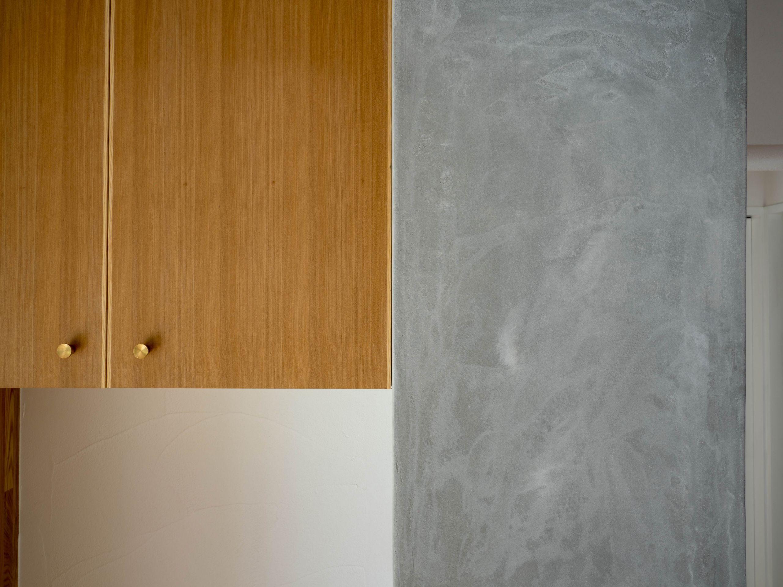 リビングダイニング事例:モルタルを白華させたオリジナル壁素材(壁孔の家)