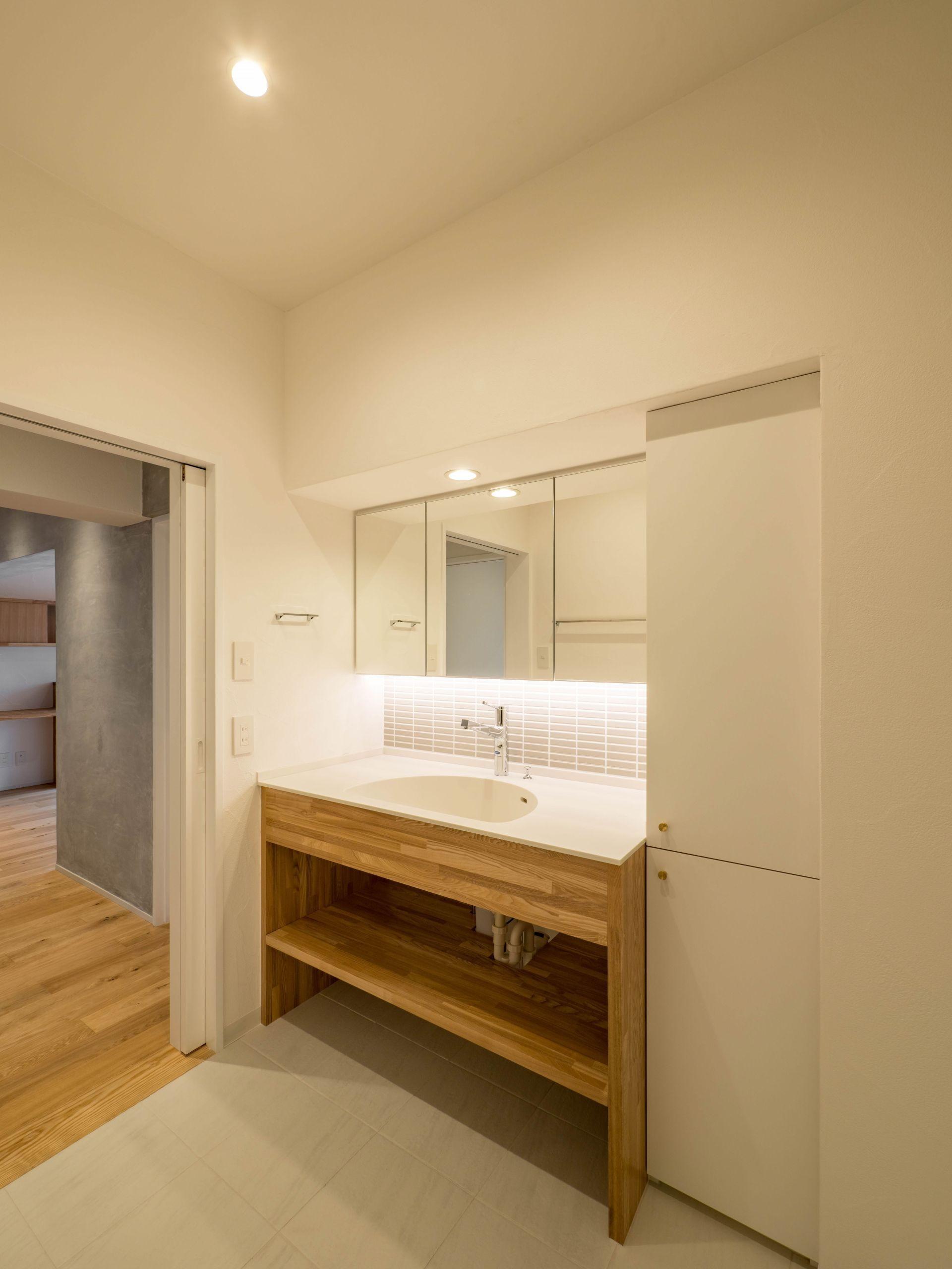 バス/トイレ事例:梁下ぴったりの洗面台(壁孔の家)