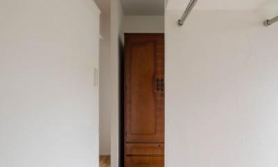 壁孔の家 (愛用の箪笥を組み込んだウォークインクローゼット)