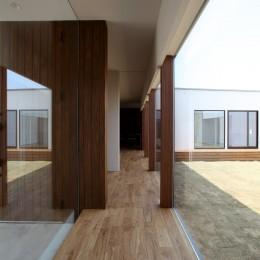 保月の家(ほづきのいえ)~お店のようなアプローチ空間~ (開放感のある廊下)