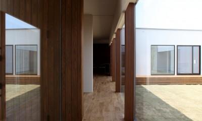 開放感のある廊下|保月の家(ほづきのいえ)~お店のようなアプローチ空間~