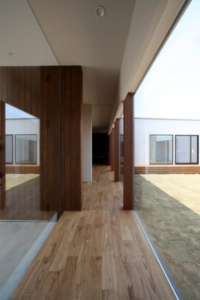 開放感のある廊下 (保月の家(ほづきのいえ)~お店のようなアプローチ空間~)