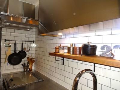ぬくもりあるサブウェイタイル (東京都目黒区K様邸 お施主様と実現する理想のキッチン)