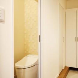 光と風をとり込んで ゆとりを楽しむ大人時間 (トイレ)