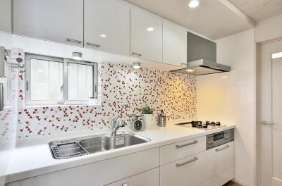 キッチン (納屋を快適な住まいへ~ハートのタイルや素材にこだわりのある家~)