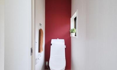 納屋を快適な住まいへ~ハートのタイルや素材にこだわりのある家~ (トイレ)