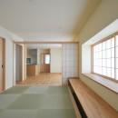 家族みんなが集まる多目的空間の畳リビングがある家の写真 和リビング
