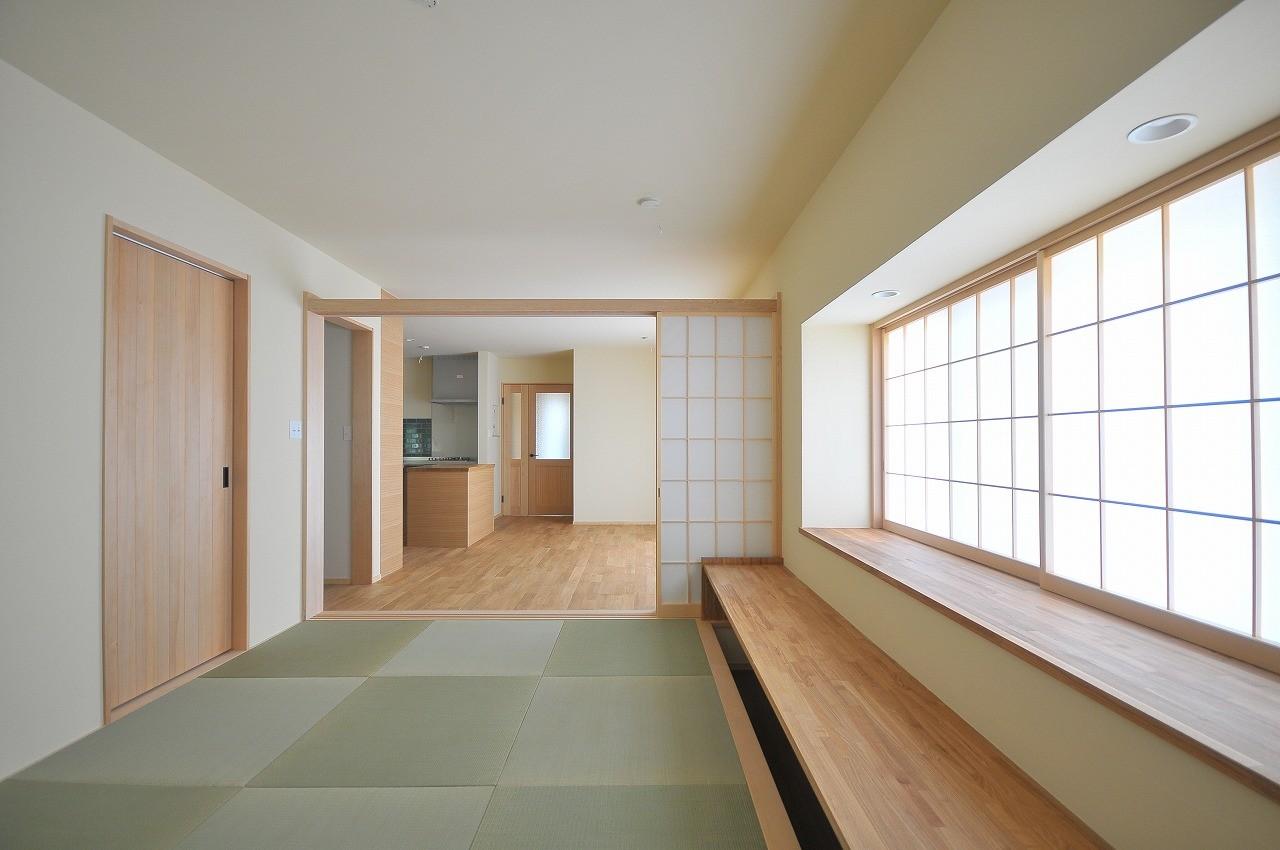 リビングダイニング事例:和リビング(家族みんなが集まる多目的空間の畳リビングがある家)