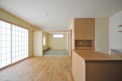 家族みんなが集まる多目的空間の畳リビングがある家 (ダイニング)