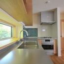 家族みんなが集まる多目的空間の畳リビングがある家の写真 キッチン
