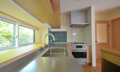 家族みんなが集まる多目的空間の畳リビングがある家 (キッチン)