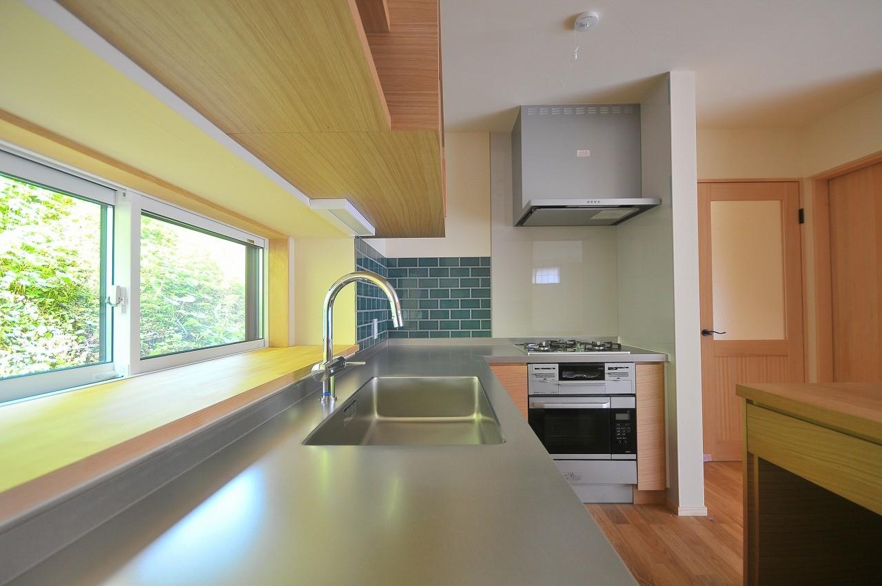 キッチン事例:キッチン(家族みんなが集まる多目的空間の畳リビングがある家)