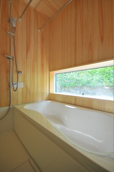 造作風呂 (家族みんなが集まる多目的空間の畳リビングがある家)