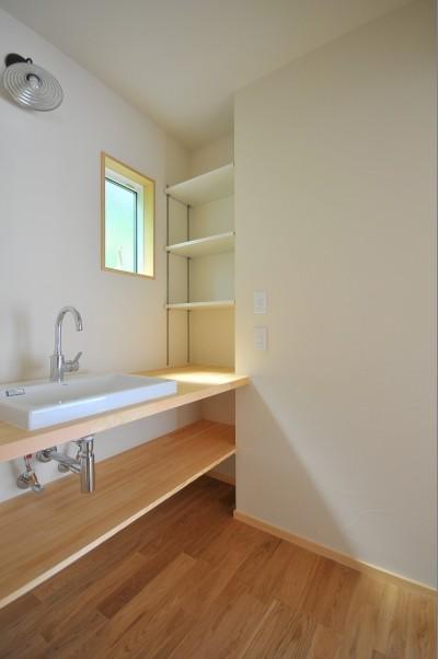 洗面室 (家族みんなが集まる多目的空間の畳リビングがある家)
