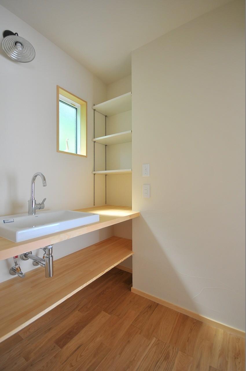 バス/トイレ事例:洗面室(家族みんなが集まる多目的空間の畳リビングがある家)