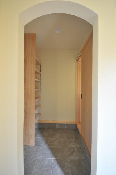 玄関収納 (家族みんなが集まる多目的空間の畳リビングがある家)