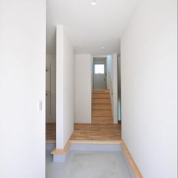 傾斜地を活かしたスキップフロアの家 (玄関)