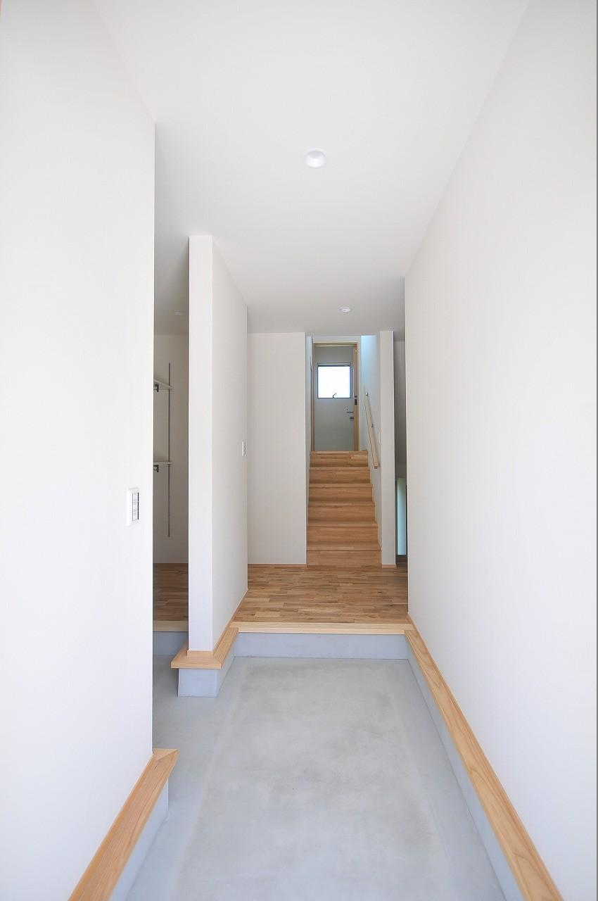 玄関事例:玄関(傾斜地を活かしたスキップフロアの家)