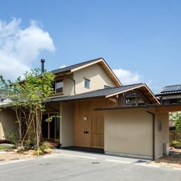 眺望とお庭を楽しむ|火のある暮らしを楽しむ住まい 天理の家 (山並みのように連なる屋根が印象的な外観)