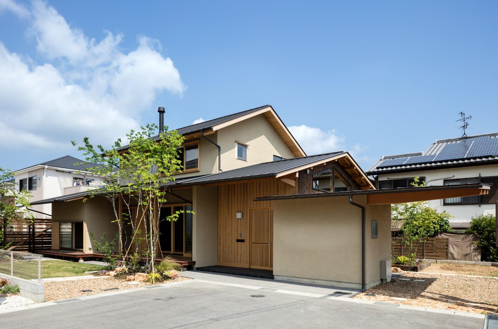 外観事例:山並みのように連なる屋根が印象的な外観(眺望とお庭を楽しむ|火のある暮らしを楽しむ住まい 天理の家)