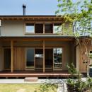 眺望とお庭を楽しむ|火のある暮らしを楽しむ住まい 天理の家の写真 軒下空間を介して繋がる建物の内と外